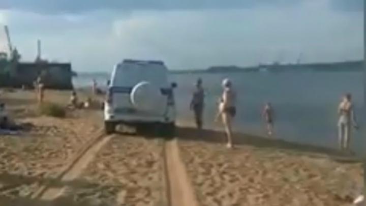«На то они и полиция»: общественники защитили сотрудников МВД, катающихся по пляжу на машине