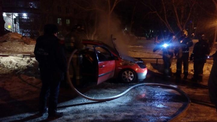 Во дворе на Магаданской сгорел красный Ford Fiesta