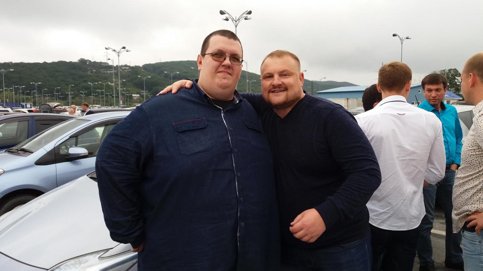 Алексей со своим стройным другом два года назад, теперь они примерно одной массы