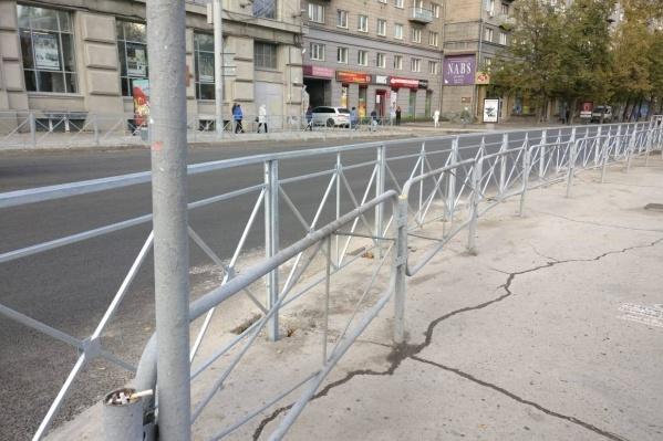 Новый забор был построен в рамках программы «Безопасные и качественные дороги»<br>