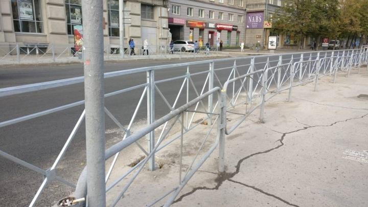 Пешеходы в полной безопасности: на Орджоникидзе появилось ограждение в два ряда