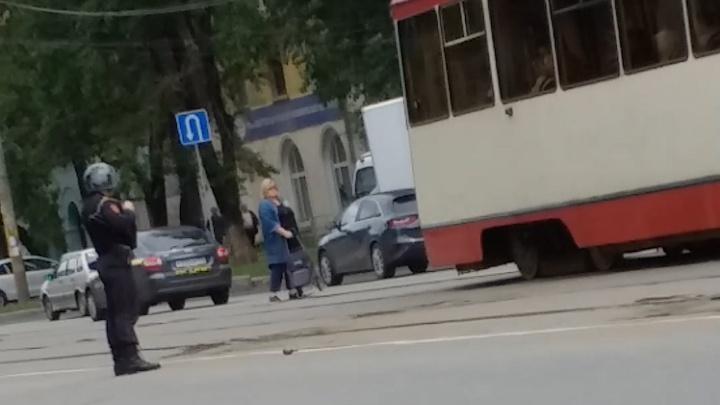 В Челябинске остановили движение трамваев из-за игрушечной гранаты на путях