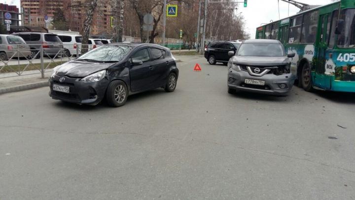 «Тойота» сбила девушку и столкнулась с двумя машинами на Дуси Ковальчук