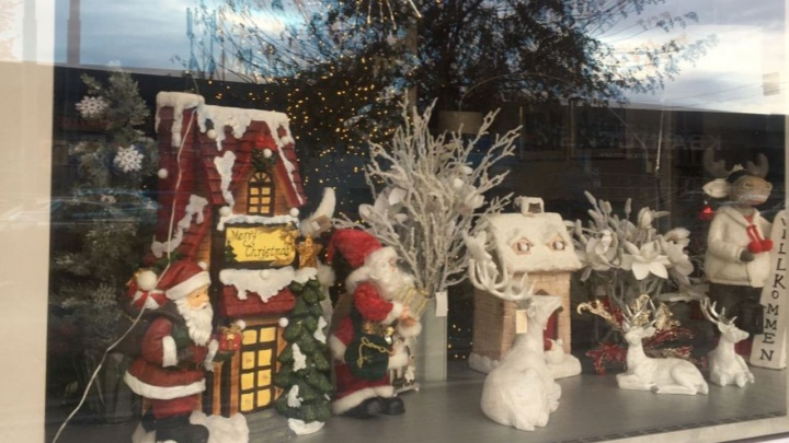 В центре начали украшать витрины к Новому году. Мигающие гирлянды оказались под запретом