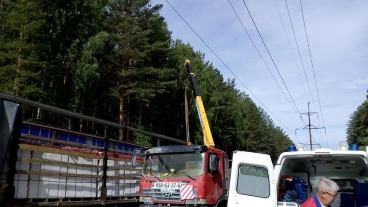 В Полевском водитель автокрана получил удар током, зацепив машину за высоковольтную ЛЭП