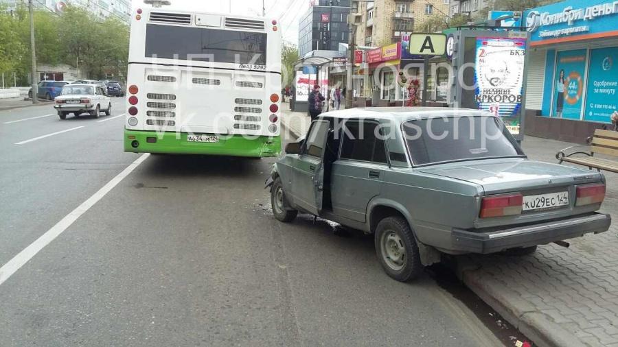 ВКрасноярске шофёр  на«семёрке» въехал вавтобус и убежал