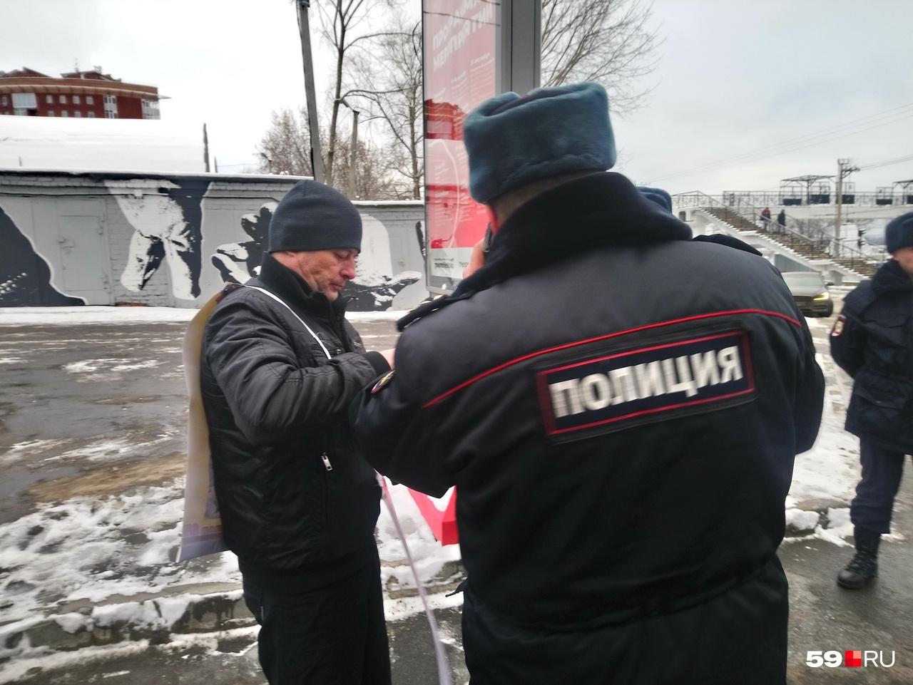Полиция сразу проверила документы у пикетчика