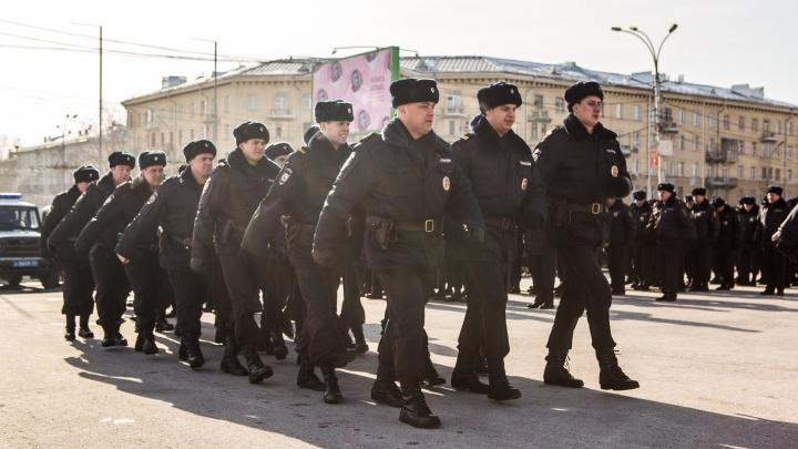 Сотни полицейских выстроились на площади у ГПНТБ