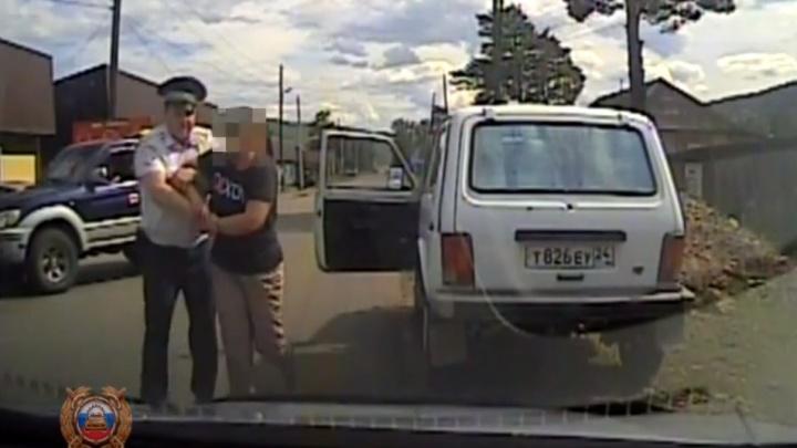 Ногой крушила салон патрульной машины: пьяная женщина без прав напала на инспектора после задержания