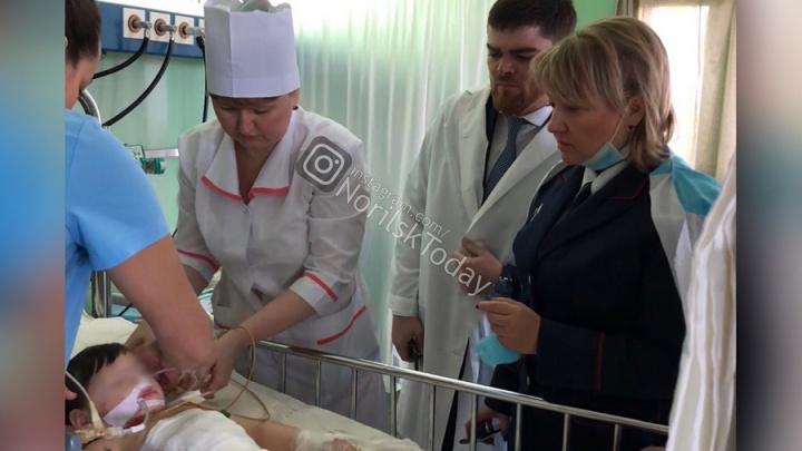 Забитый матерью до комы малыш пришел в себя. Что известно о семье извергов из Норильска