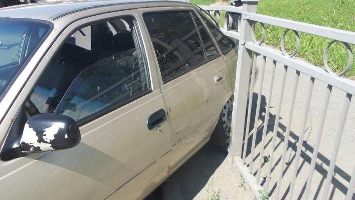 На Сортировке Daewoo Nexia застряла в заборе
