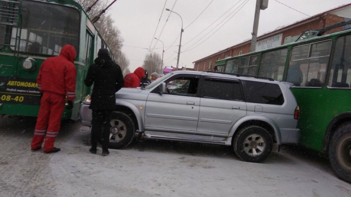 Авария с двумя троллейбусами парализовала движение на улице Бориса Богаткова
