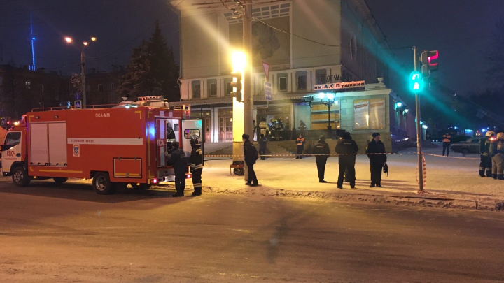 К кинотеатру в центре Челябинска стянули десятки пожарных, скорые и полицию