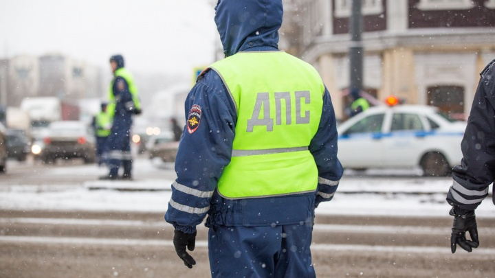 В Ярославской области 18-летний парень без прав прокатил гаишника на капоте