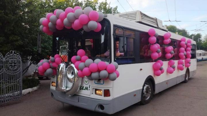 Выпускники омской гимназии отметили праздник в троллейбусе