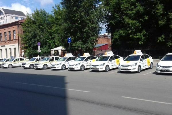 Легальным таксистам раздали наклейки на лобовик