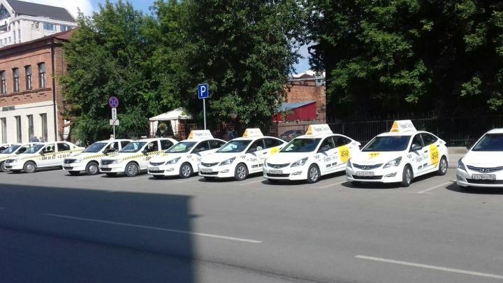 Жёлтая метка: толпа таксистов приехала к областному правительству за наклейками