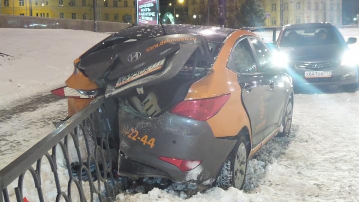 «Неудачный дрифт»: на Свердлова автомобиль каршеринга нанизался на забор