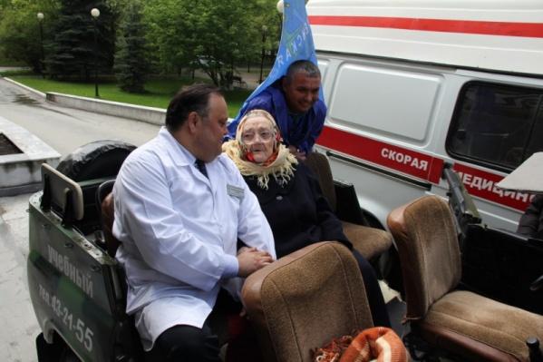 Елену Ковязину из «Госпиталя для ветеранов войн» провожал главврач Альберт Юсупов<br><br>