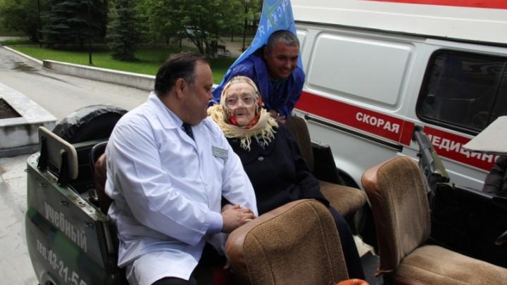 Вышла из дома впервые за 10 лет: полицейские поздравили ветерана со 101-летием поездкой по Тюмени
