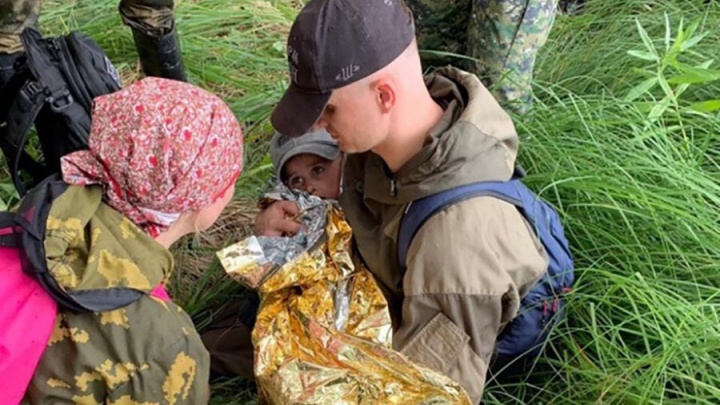 Согрет и накормлен: Колю Бархатова обнаружили девушки-поисковики из Москвы и ОМОНовцы