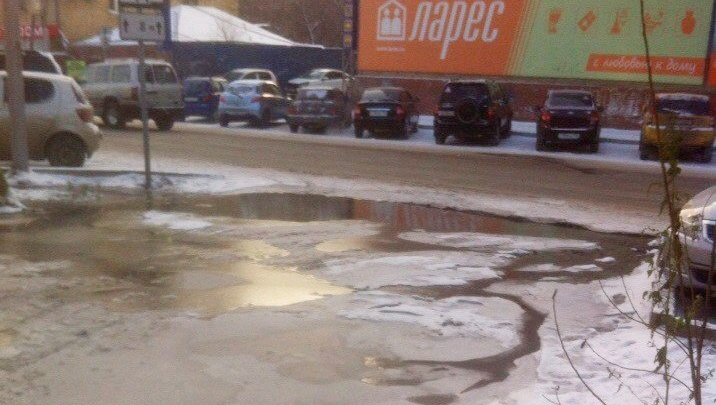 На Ады Лебедевой из-за лопнувшей трубы водой затопило проезжую часть