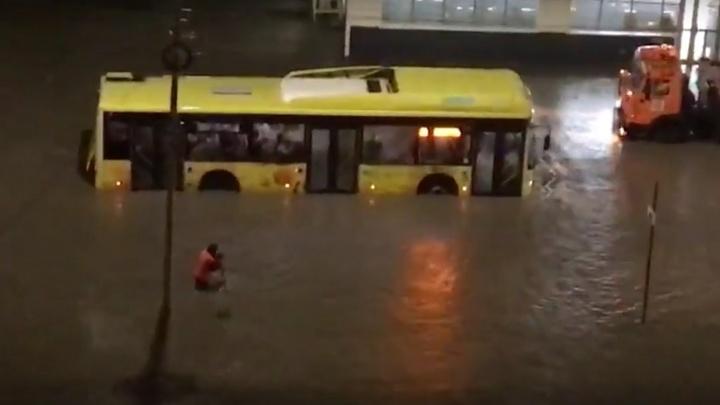 Дороги Волгограда снова затопило после небольшого дождя: видео