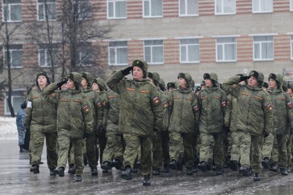 Сегодня участники парада маршируют по плацуНовосибирского высшего военного командного училища