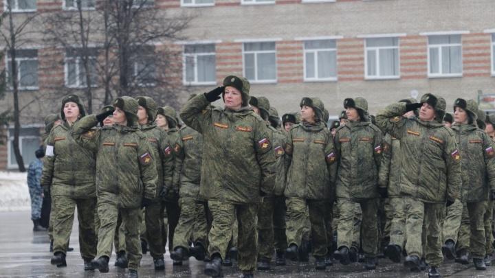 Военные начали репетировать Парад Победы — до 9 Мая они дважды выйдут на площадь Ленина