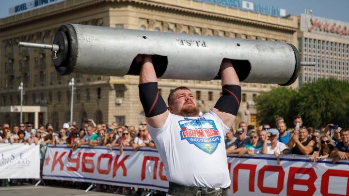 Не перевелись богатыри: в Волгограде самые сильные люди России укатили автобус«Ротора»