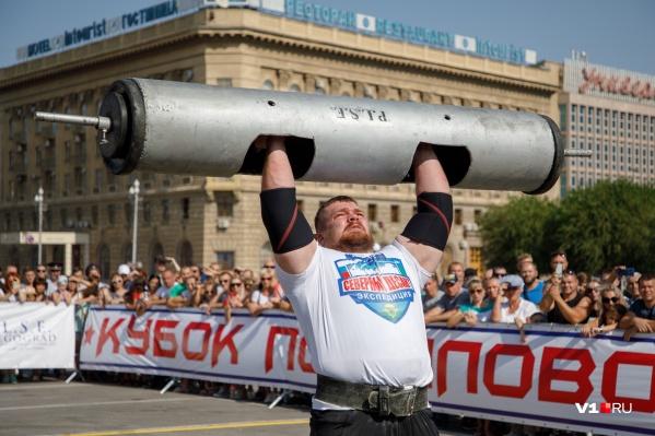 Каждый атлет весит больше 100 килограммов