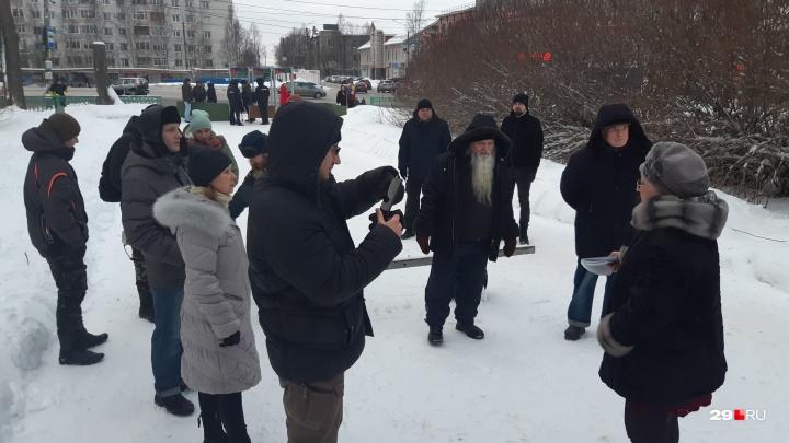Про Рокфеллера, ротвейлеров, свалки и «дичь»: как прошел митинг против коррупции в Архангельске