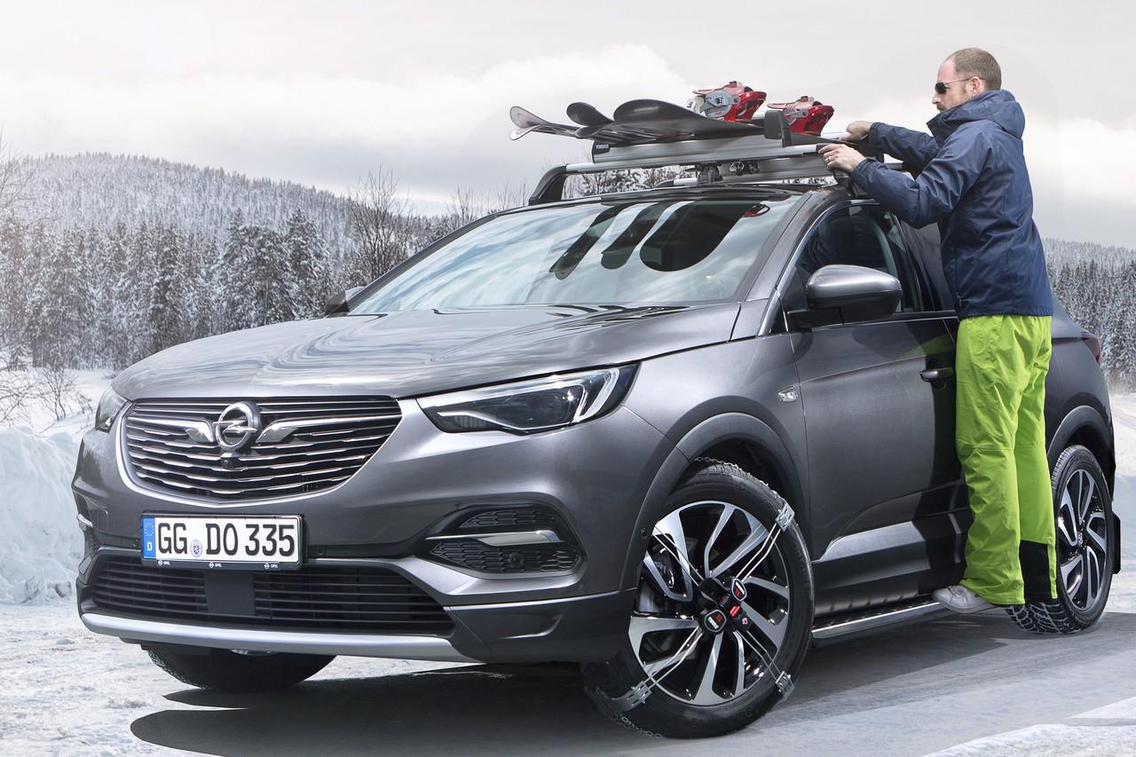Стоимость Opel Grandland X начинается от 1,799 миллиона рублей. Для сравнения, соплатформенный Citroen C5 Aircross стоит от 1,875 миллиона, а Peugeot 5008 — от 1,98 миллиона рублей