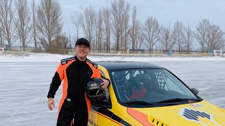 Сменил пиджак на форму автогонщика: Дмитрий Азаров похвастался крутыми виражами на «Весте»