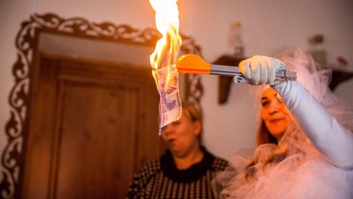 Денег нет, но вы держитесь: начальники задолжали зарплату полутора тысячам новосибирцев