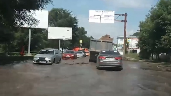 «Привозите лодки и байдарки, господа»: вСамаре затопило улицу Алма-Атинскую