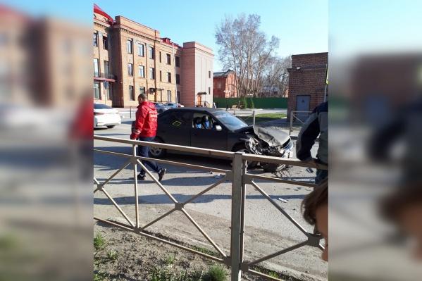Одна из машин выезжала со двора
