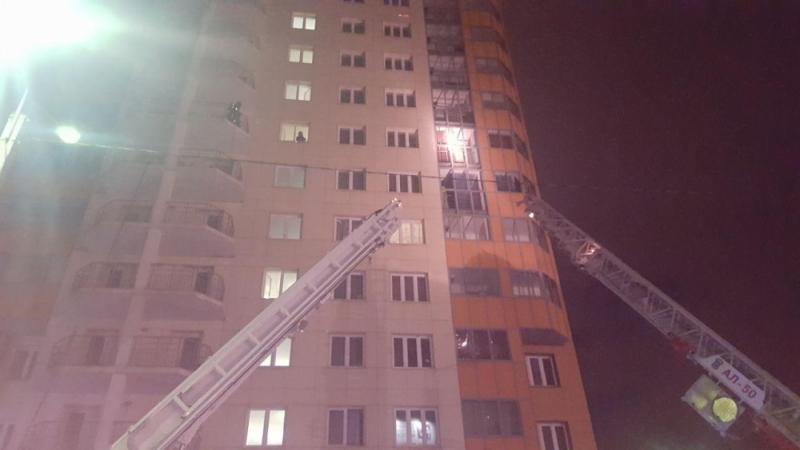 Огонь бушевал на фасаде со 2-го по 14-й этаж