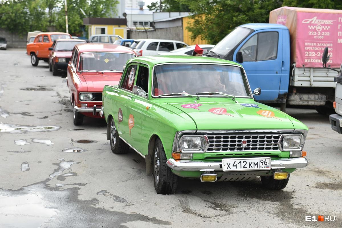 Генеральная репетиция ралли: любители «Москвичей» устроили гонки по Екатеринбургу