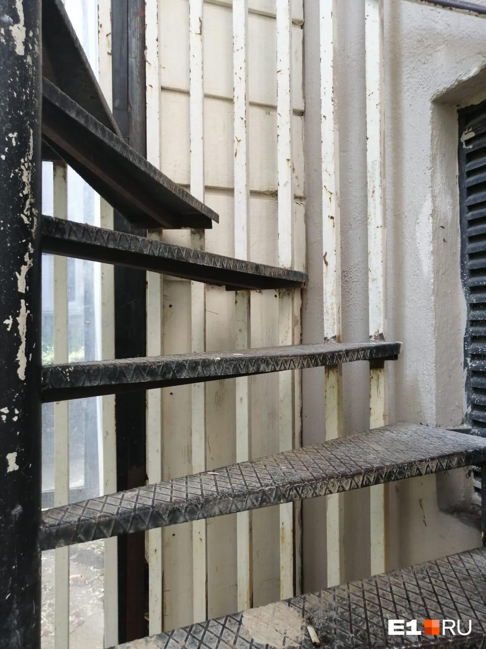 Второй вариант для того, чтобы спуститься вниз, — такая пожарная лестница