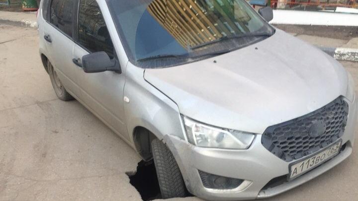 В Тольятти машина провалилась в асфальт
