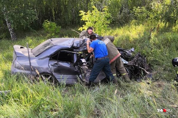 Спасателям пришлось попотеть, чтобы достать водителя из искорёженного автомобиля