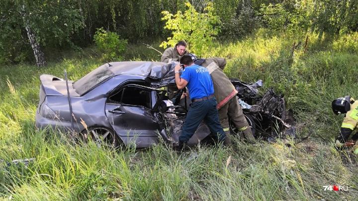 «Пассажирка погибла сразу»: под Челябинском иномарка влетела под КАМАЗ