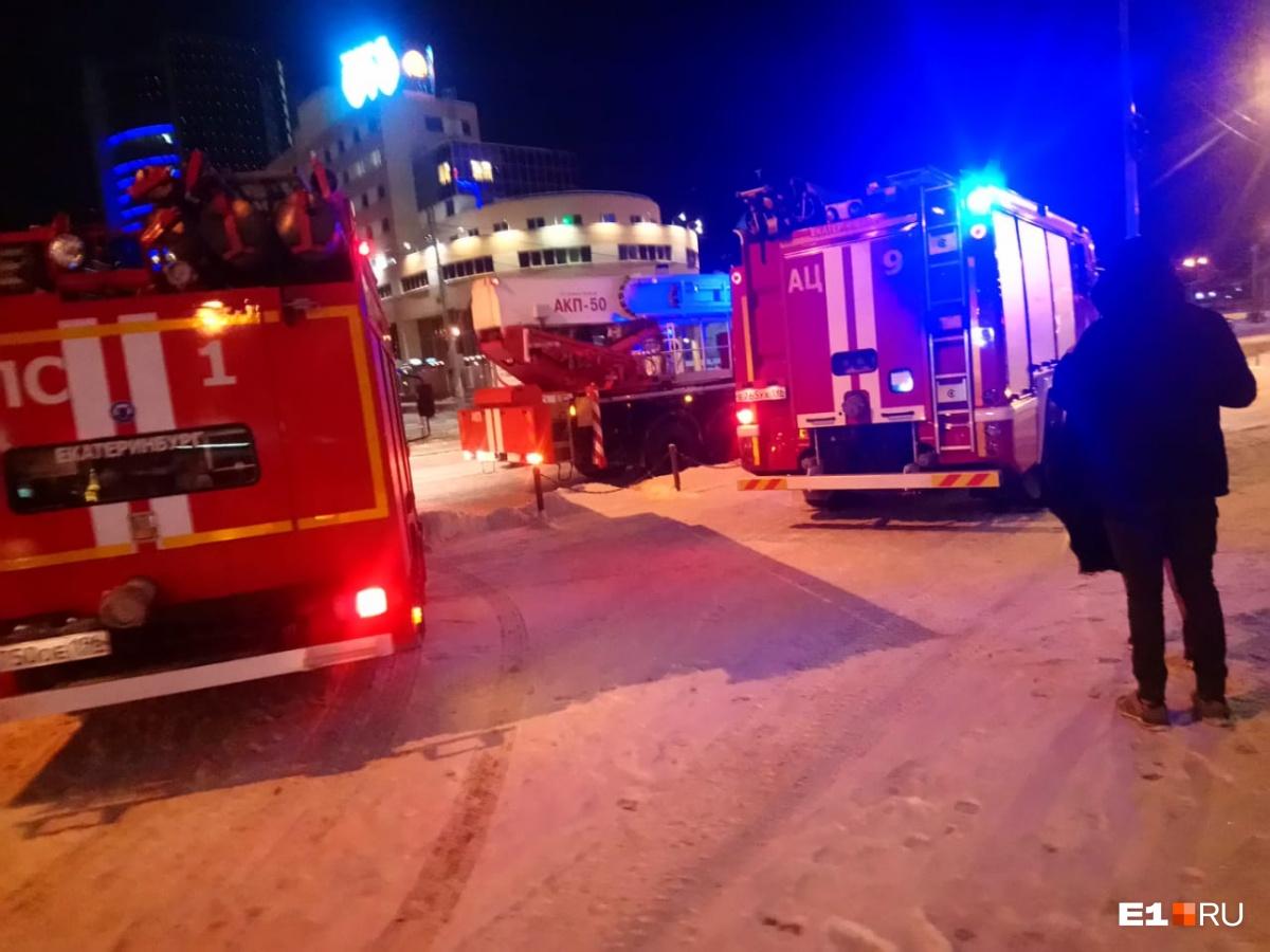 На вызов приехали пять пожарных машин