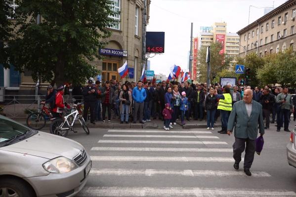 Сотни недовольных новосибирцев с флагами и лозунгами шли по центральным улицам города