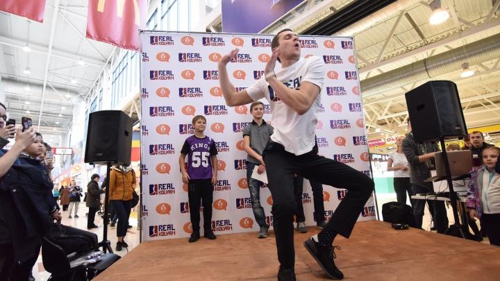 «Взять харизму и вбить в пол»: Колян из «Реальных пацанов» научил екатеринбургских фанатов танцевать