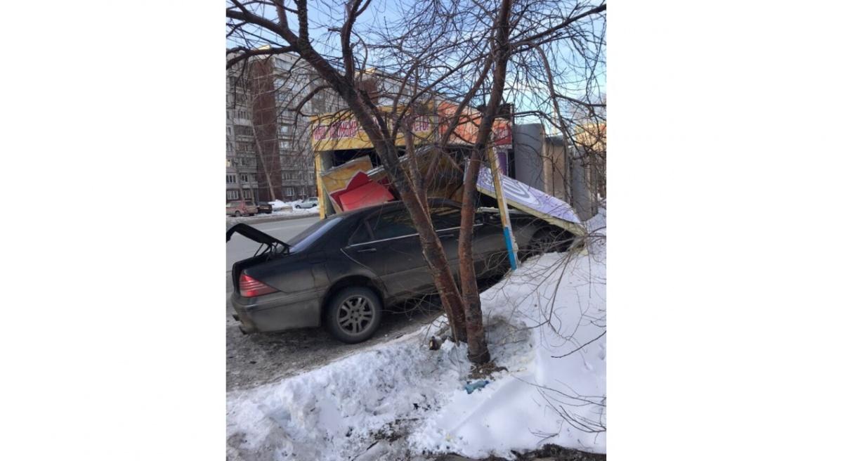 В результате аварии «Мерседес» въехал в киоск с мороженым, который установлен на остановке «Холодильная»
