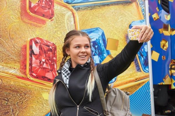 На площадке организуют фотозону со знаменитыми кубиками с буквами Т и Н из рекламных роликов
