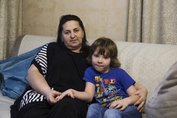 Наталья Буковская одна воспитывает внуков уже 4 года. На фото — с младшим Серёжей