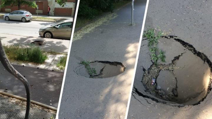 Боюсь, что квартиру снова зальет: в центре Ростова под землю ушел тротуар